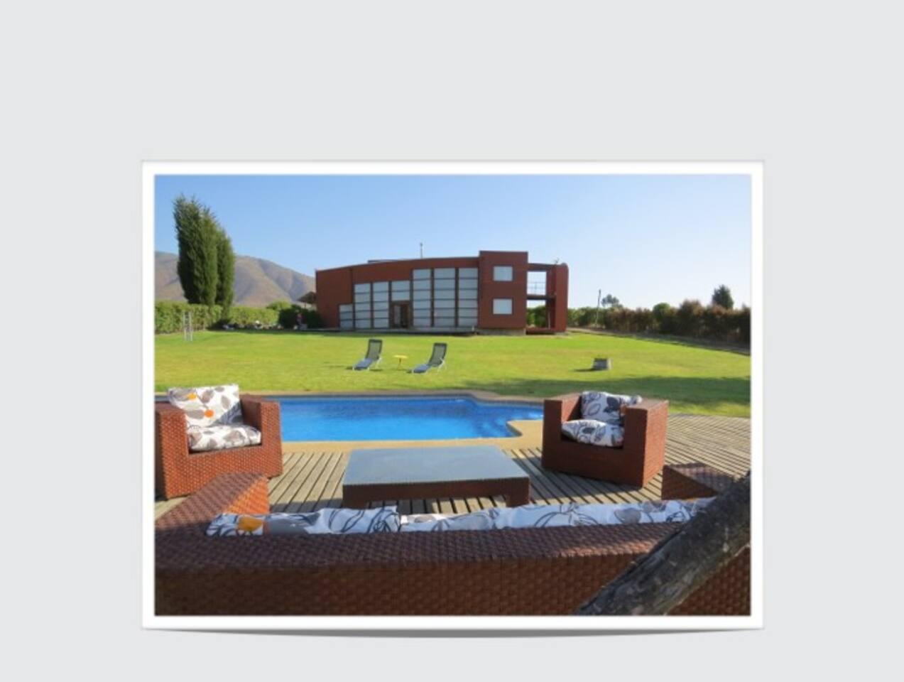 Un gran terraza, para disfrutar de las tardes junto a la piscina.