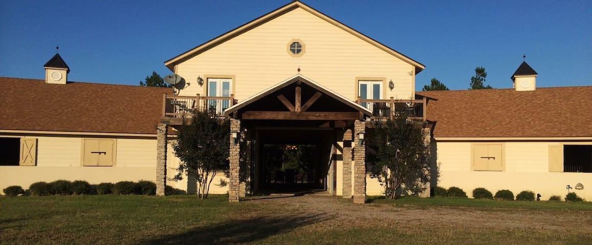 Comfortable barn apartment on private horse farm