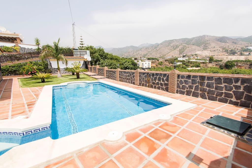 piscina climatizada jacuzzi villa angelyn villas
