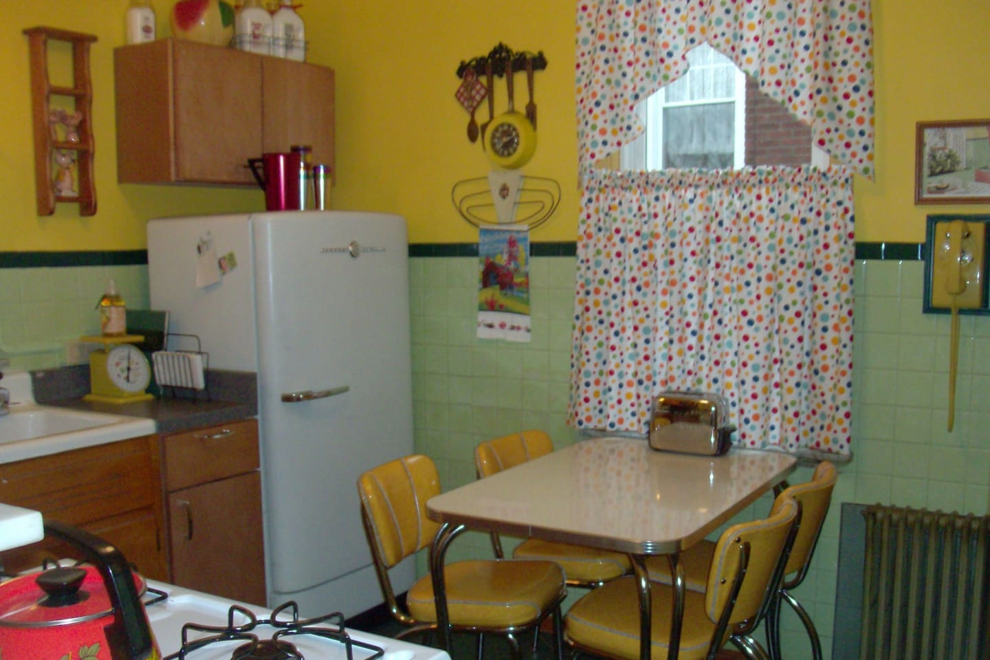 Our nifty 1950s kitchen!