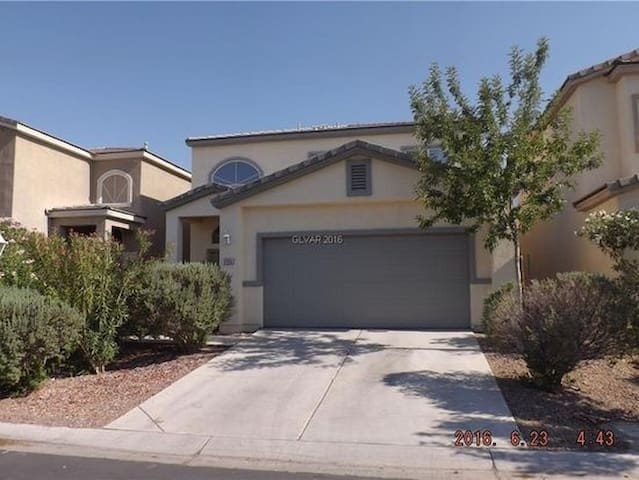 Master Suite Jacuzzi / WiFi in gated community!