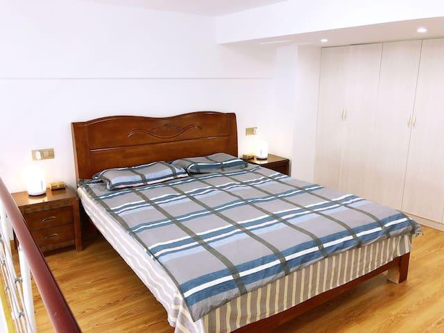 舒适整洁的卧室,配备智能床头灯