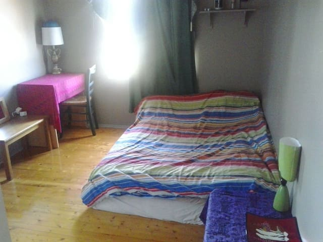 Near train + bus. Small cosy room.  - Norlane, Geelong