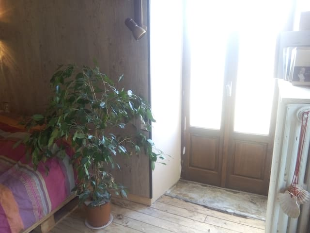 Chambre privative dans jolie petit village - Salmiech - Rumah