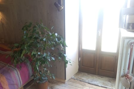Chambre privative dans jolie petit village - Salmiech - Casa