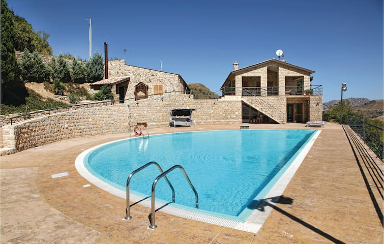 Holiday cottage with 5 bedrooms on 350 m² in Gangi (PA)