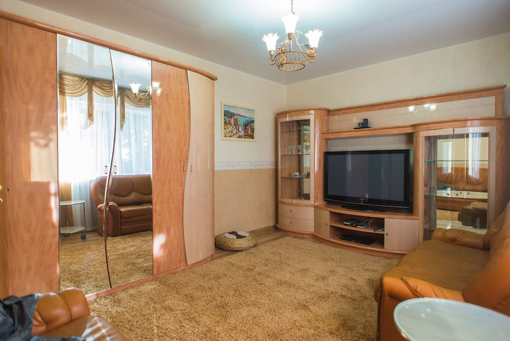 Эта комната располагается на первом этаже. Она отлично подойдёт для двух гостей, которые любят мягкие ковры и просторные комнаты. Солнечная уютная спальня!