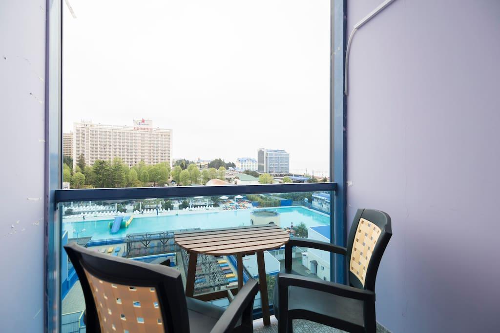Лоджия: Кресла и кофейный столик помогут вам отдохнуть на свежем воздухе, к тому же прекрасный вид на море и бассейн, добавят вам приятных эмоций.