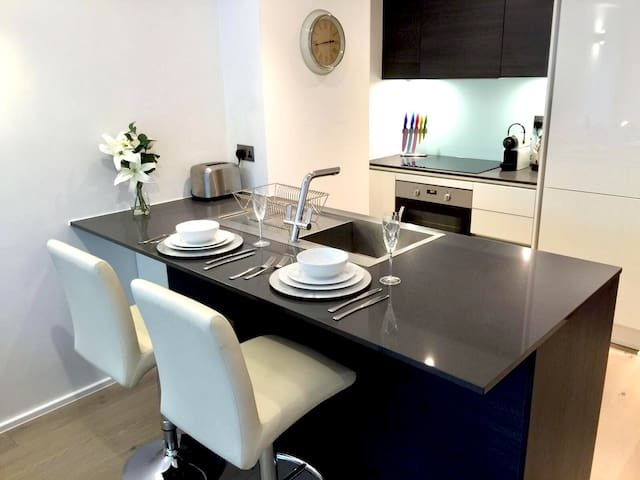 Fully equipped kitchen/Cocina/مطبخ
