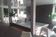 Espace détente : jacuzzi, sauna, salle de massages