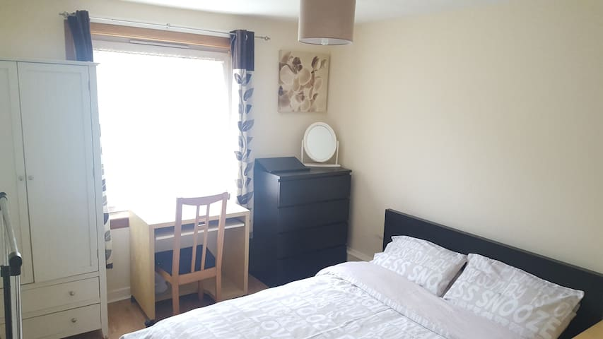 Big double bedroom 15min to centre by bus