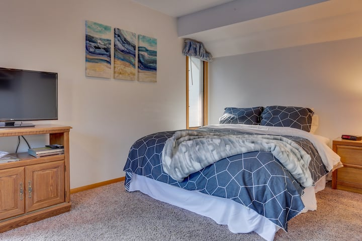 Budget-friendly suite in oceanfront resort, 1 mile to city center- dogs welcome!