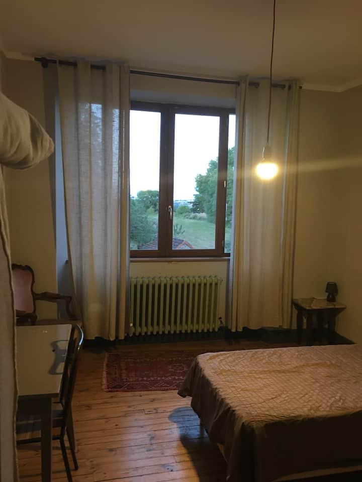 Chambre lit simple au centre du village
