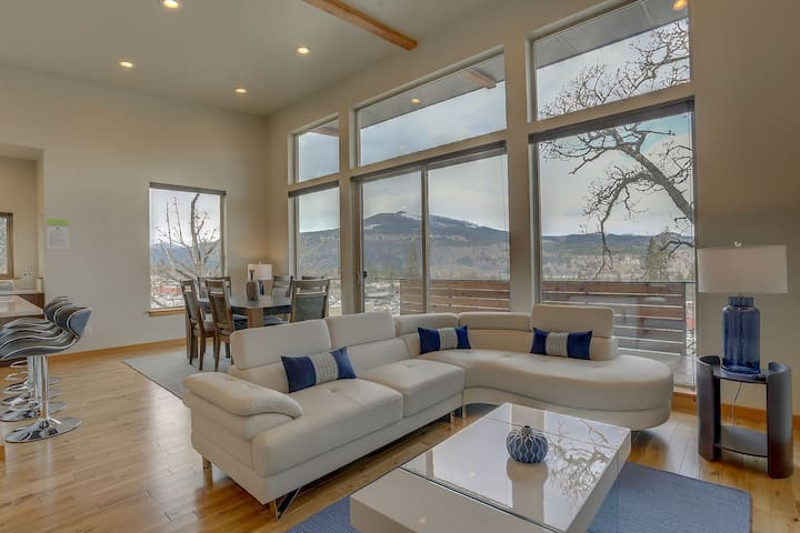 BELLA VIDA - Located just 5 minutes from downtown, stylish and contemporary!