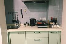 厨房备用电磁炉、炒锅、煮锅、各类调味品,可满足日常中西餐。