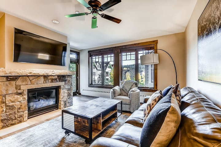 Fabulous modern condo w/ shared outdoor pool, hot tubs, fitness center