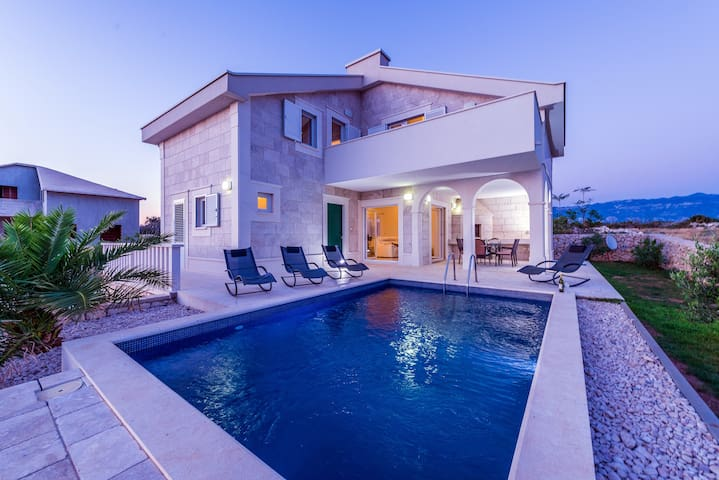 Villa Amelie with pool - 200 meters from the sea