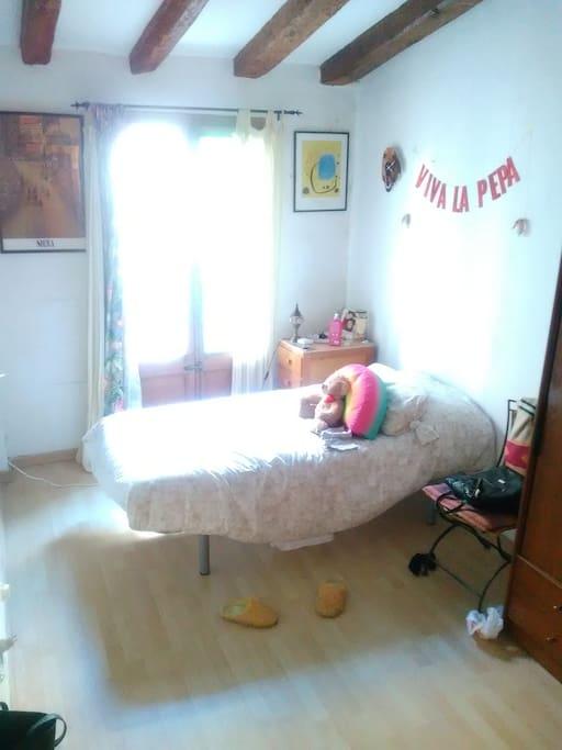 Incluye ropa de cama y armario.