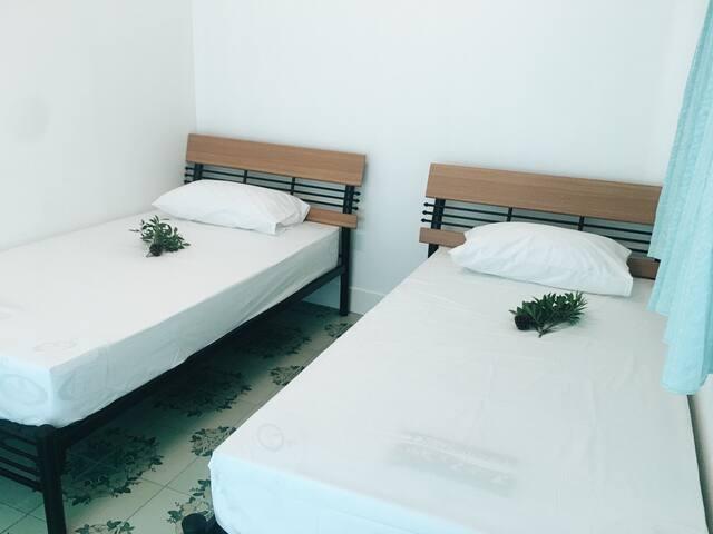 ห้องนอน1 เตียงเดี่ยว 2เตียงพร้อมแอร์คอนดิชั่น และ มุมแขวนเสื้อผ้าวางกระเป๋า