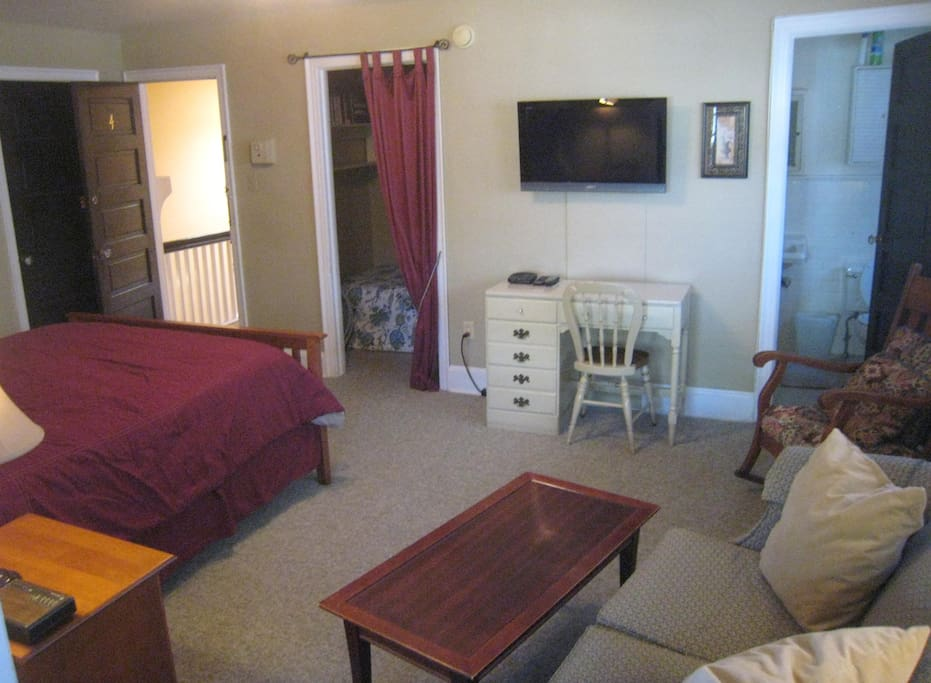 Large Studio with Queen bed plus Single bed in large nook!