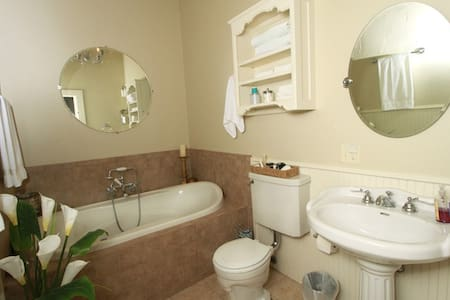 Luxury Honeymoon Suite - Decatur - Bed & Breakfast