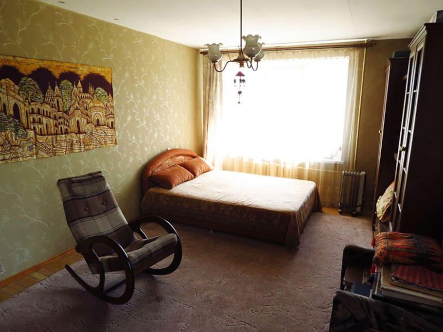 большая комната, спальное место