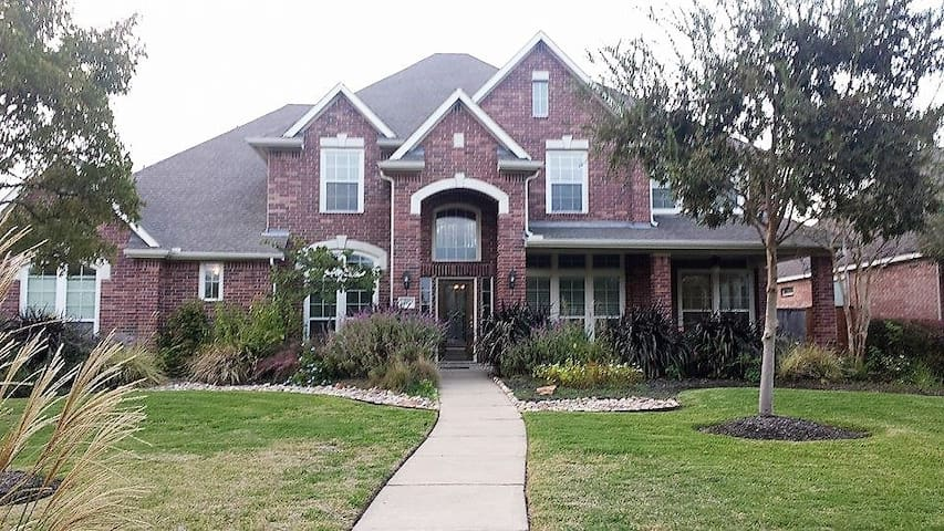 Beautiful estate home. Large pool & covered patio.