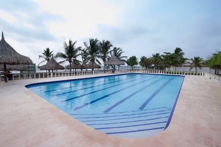 Casa de playa y piscina.