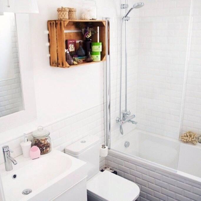 El baño tiene una bañera encantadora, para poder tomar un baño relajante, siempre limpio y dispuesto para usarse. Es compartido con los demás habitantes, limpieza a cargo de el anfitrión