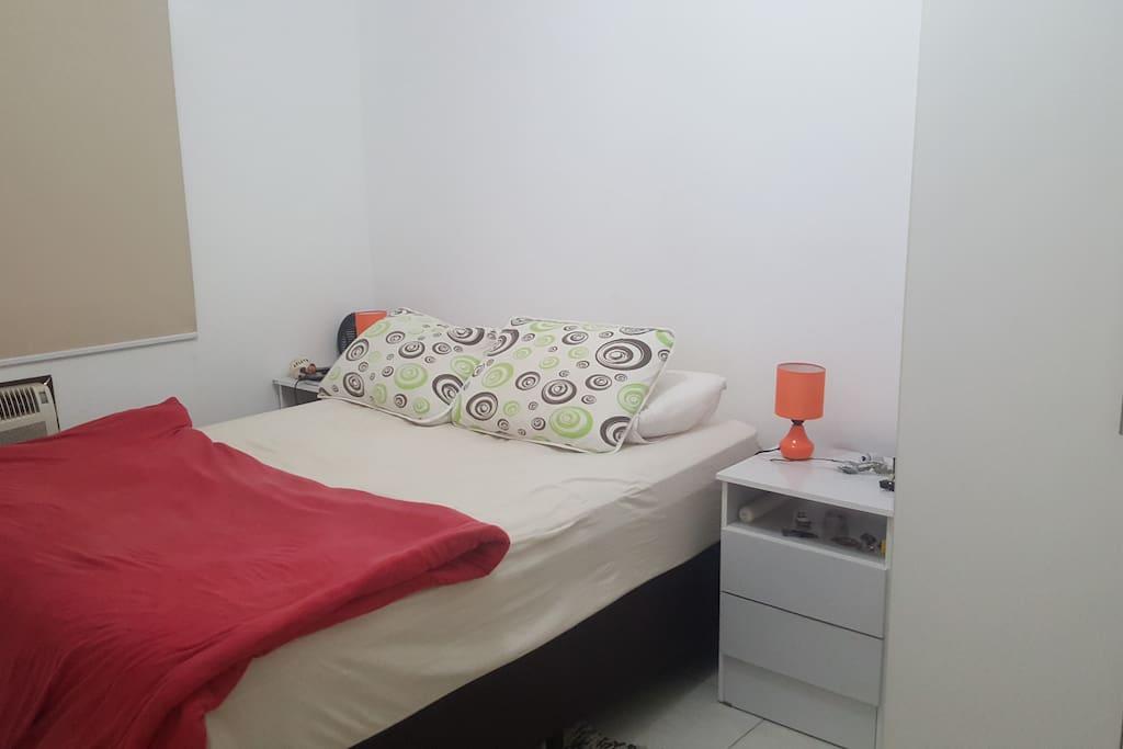 Quarto 1 - Suíte,cama de casal,televisão,abajures de leitura,armários embutidos,ar condicionado.
