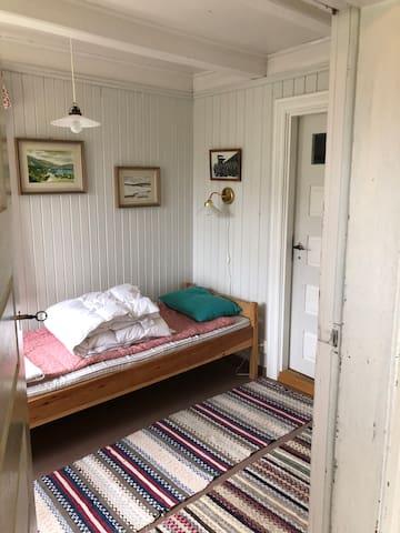 Enkel seng i første etasje.