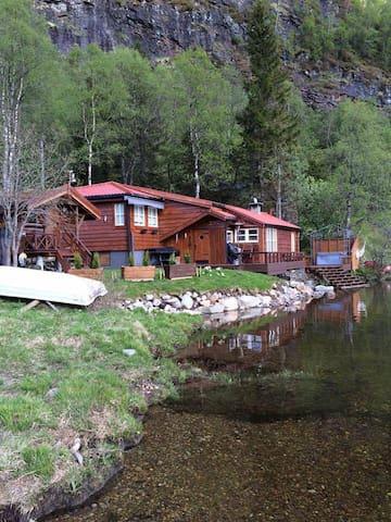Fin og moderne eldre hytte ved Eikdalsvannet - Kvam - Houten huisje