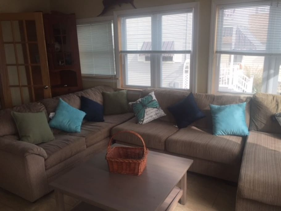 Huge 15 x 15 LR with Smart TV and internet