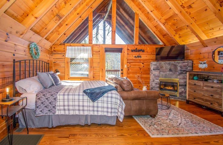 NEW Cabin 3 miles Downtown Gatlinburg w/ Hot Tub