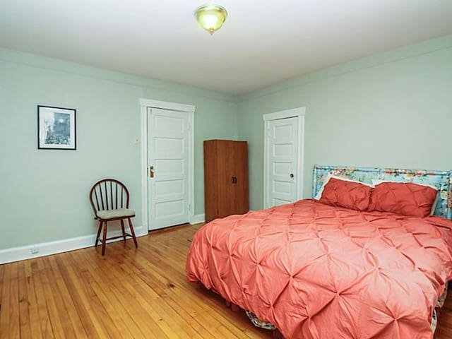 Private bedroom in beautiful historical Oak Park