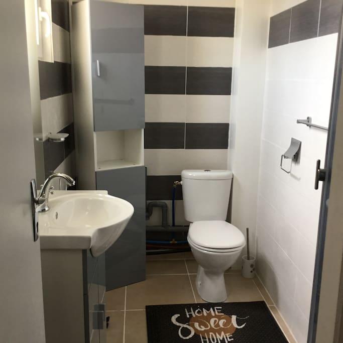 Salle de bain avec jet