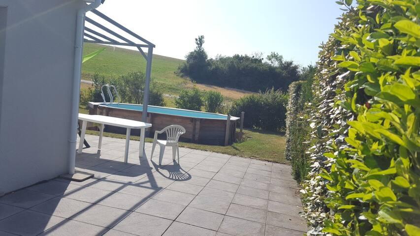 1 chambre ds maison entière  avc piscine (alt450m)