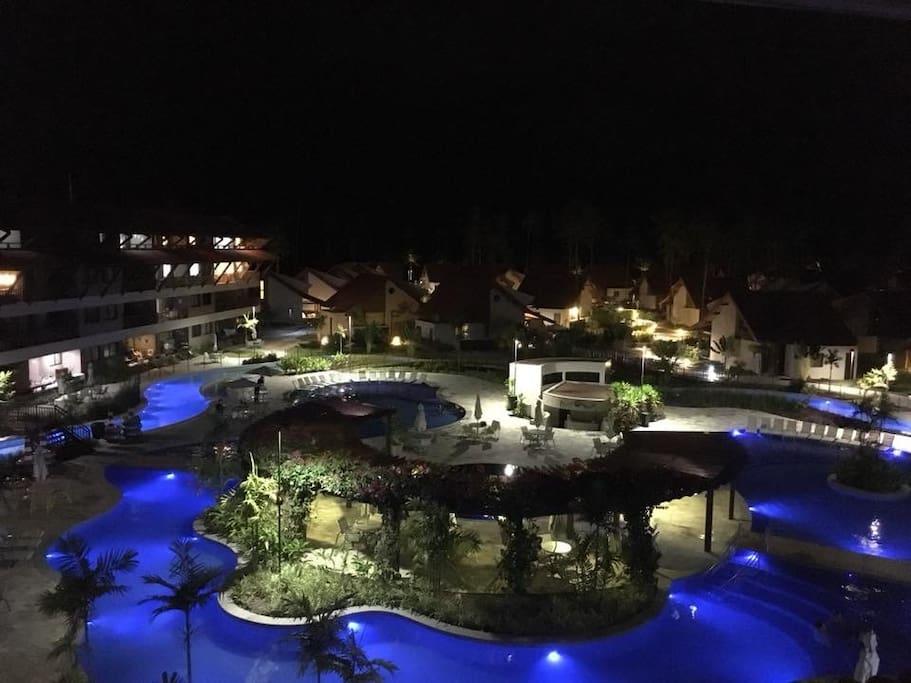Vista noturna do parque aquático