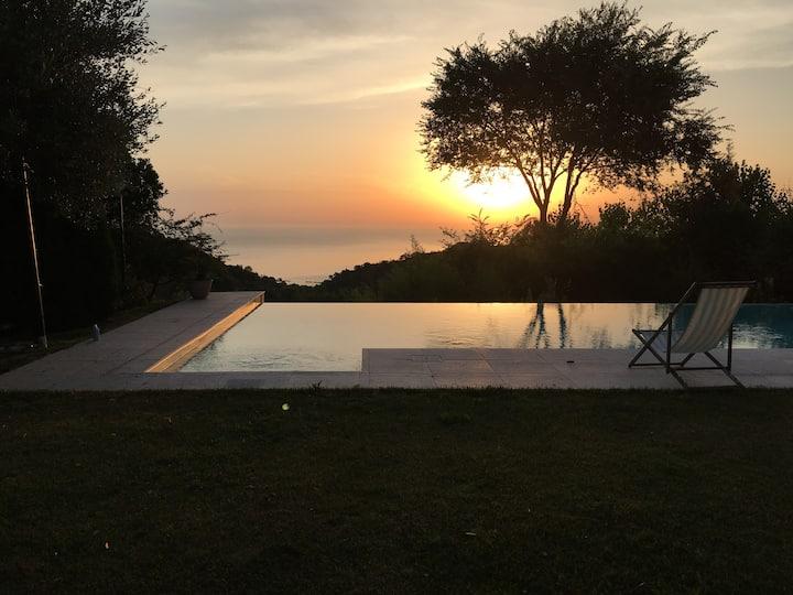 Villa colonica vista mare con piscina a sfioro