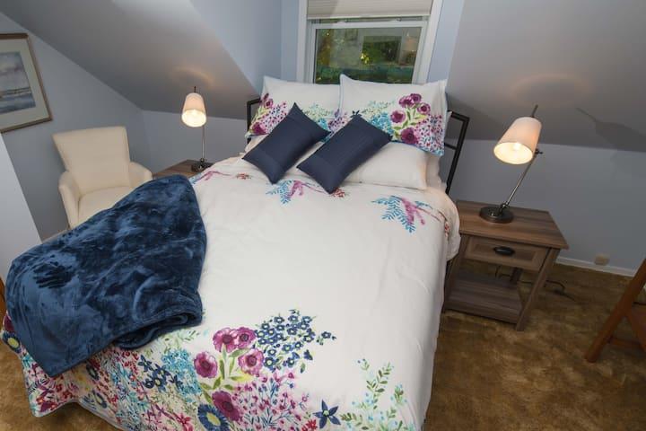 Hilltop Cottage, Blue Room. Breakfast Included.