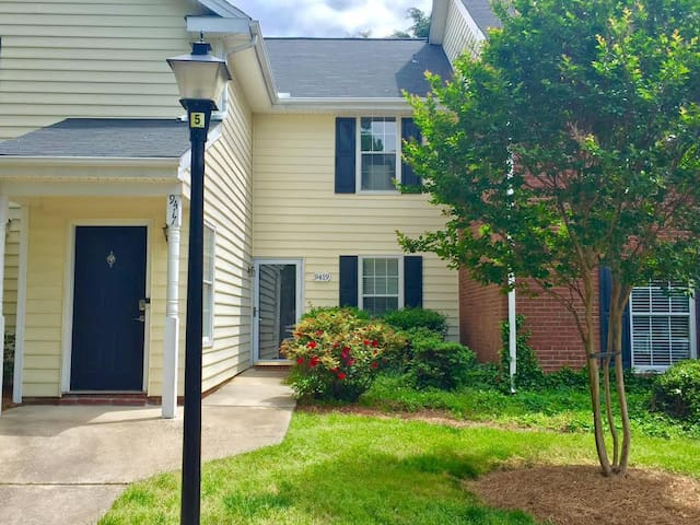 Cozy, centrally located condo with pool access