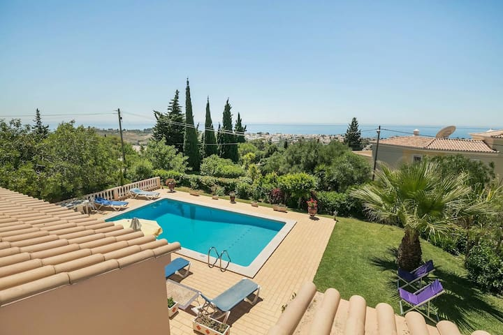 Nice holiday in the Algarve with private pool and sea view in Albufeira