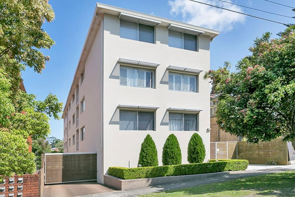 Boutique premium block of flats. Fully renovated. Secure building in a calm neighbourhood. The perfect location.