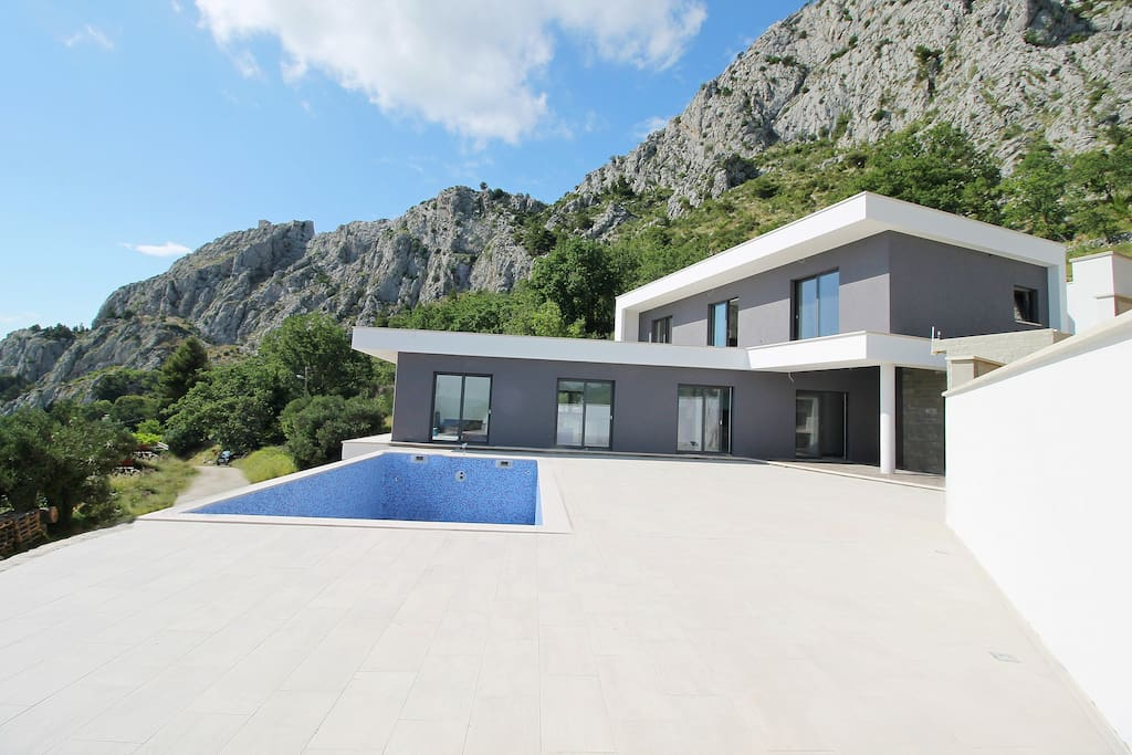 Modern and luxury Villa Kanunel with 4 ensuite bedrooms with amazing sea views