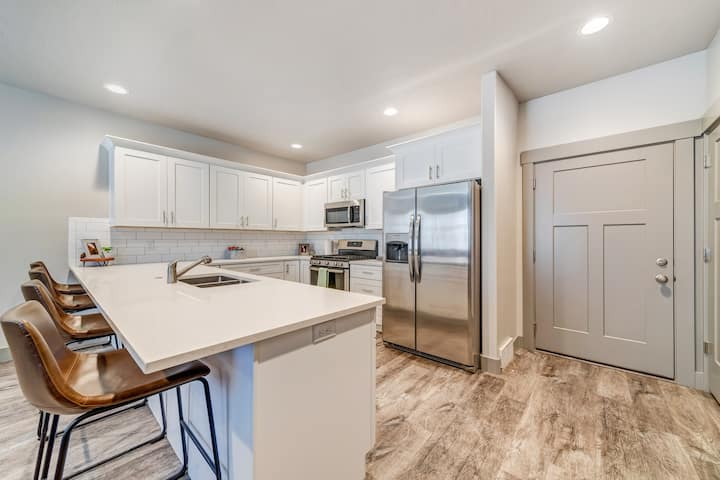 Vibrant Fully Equipped 3BR Townhome