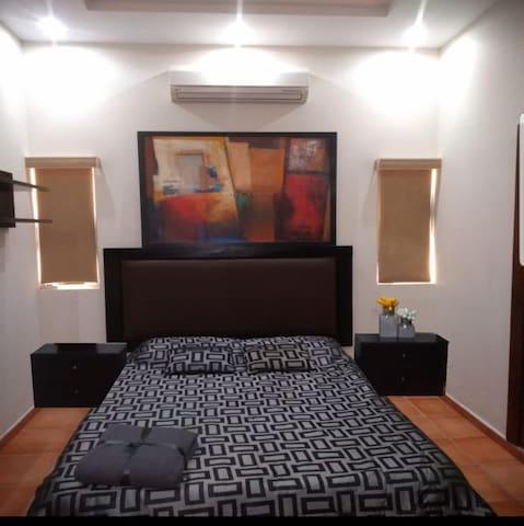 Recamara con mini-split frio-calor, closet individual, escritorio, librero y baño compartido , regadera tipo teléfono,jets lumbares, regadera de techo, extractor, etc.