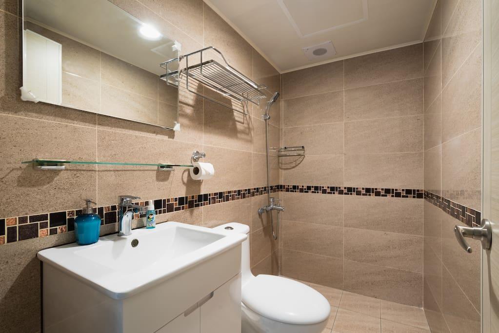 獨立衛浴洗去一天的疲憊 Washing away the whole day's fatigue in the private bathroom