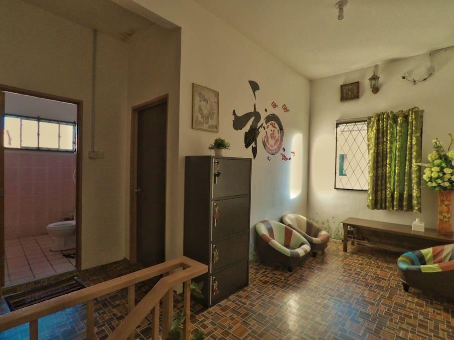 楼上2间独立大房公用洗手间在中间和拥有外面的小小客厅