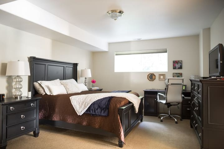 Private Entry Luxury Queen Bed/Bath Suite Bellevue