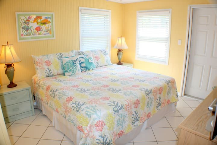 Palm Cottage: Cozy 1 Bedroom Beach side Cottage - Pet Friendly - shared fenced yard and parking